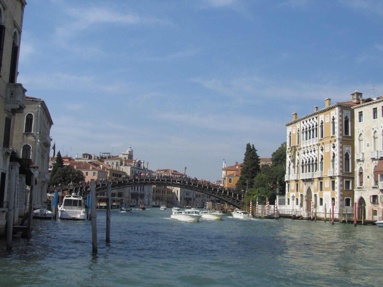 Observando los puentes de Venecia